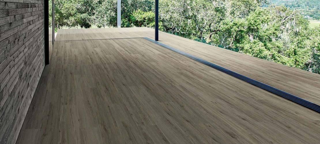 Zunanje keramične ploščice imitacija lesa na terasi