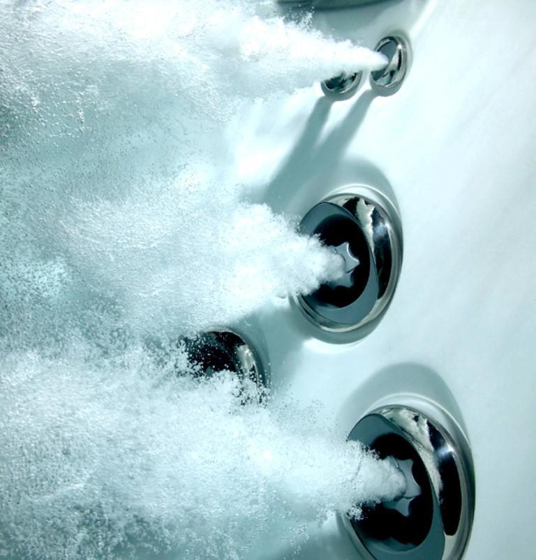 Vodna masaža v masažnem bazenu