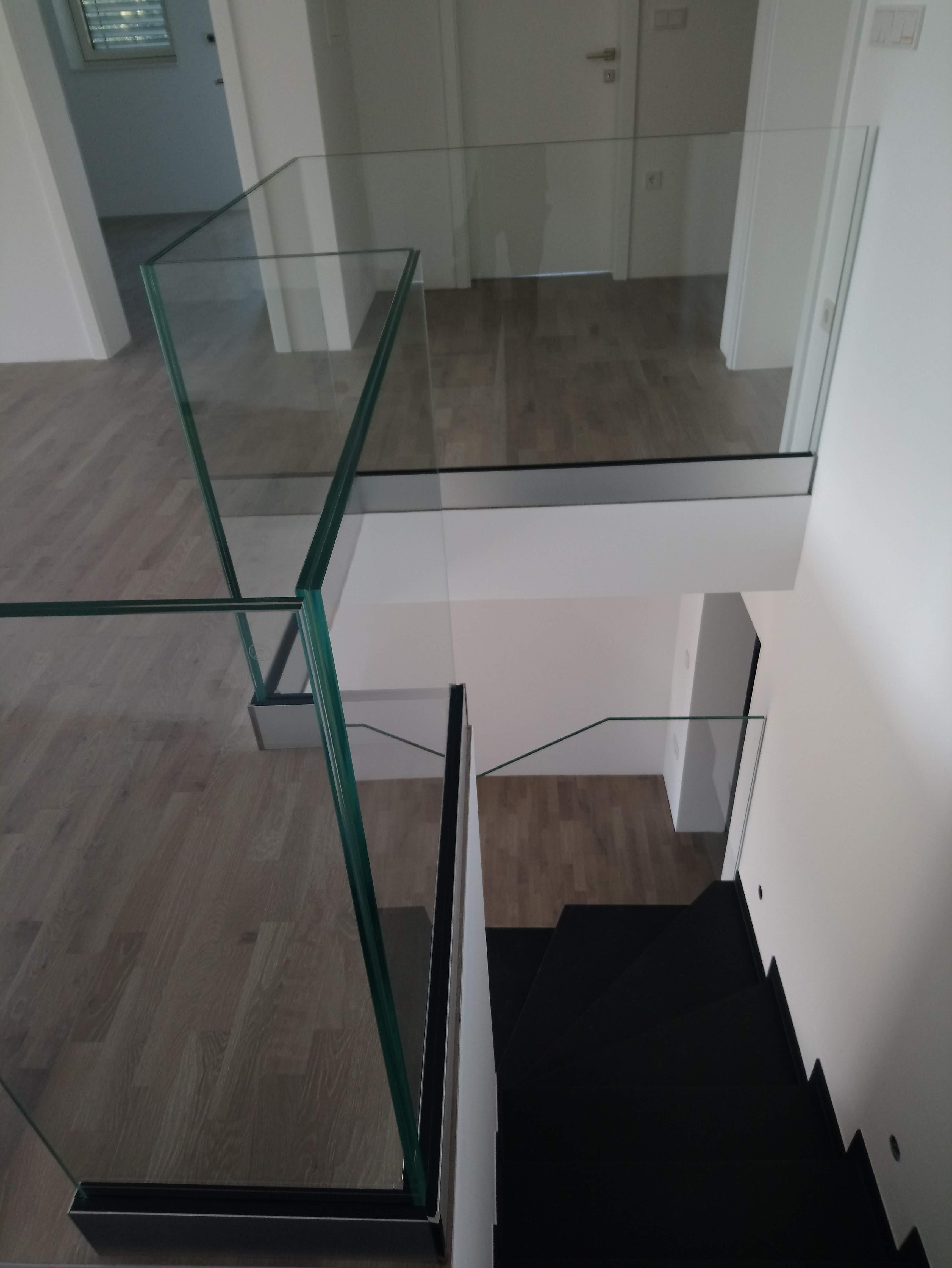 Stopniščne ograje iz stekla za večjo varnost otrok