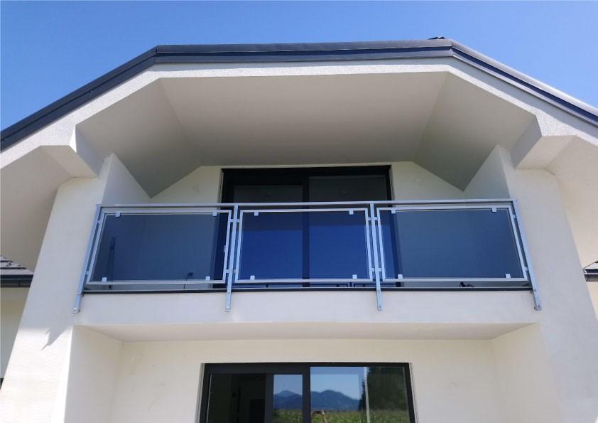 Steklena balkonska ograja za lepši izgled doma