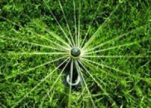 Zalivanje trave z zalivalnim sistemom
