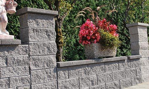 Pomemben del naše proizvodnje predstavljajo betonski kvadri oz. zidaki, ki so nepogrešljiv element pri gradbenih delih.