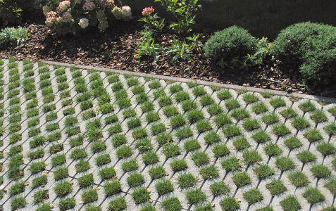 Polaganje travnih plošč