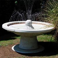 Če si želite ureditev okolice v rahlo italijanskem stilu, lahko vrt dopolnite z izdelki iz betona.