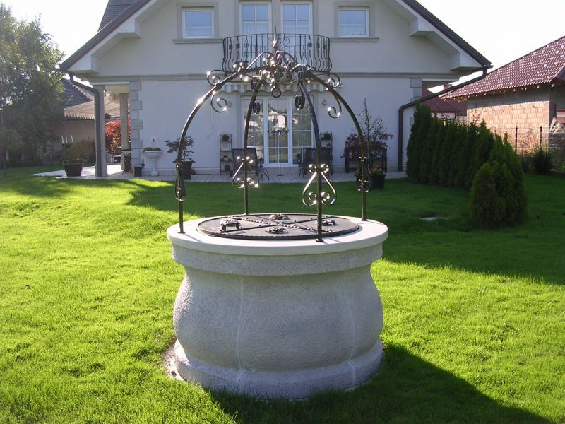 Vodnjak na urejeni okolici hiše