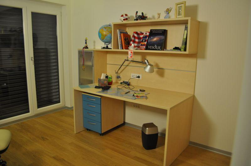 Otroške in pisarniške pisalne mize