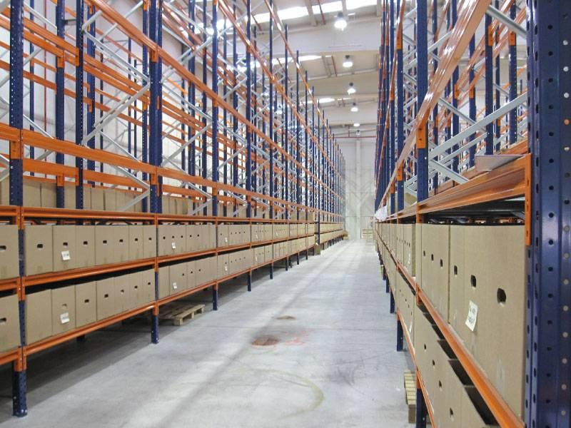 Kovinski regali za male delavnice in velika skladišča