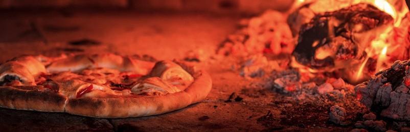 Pizza pečenje v krušni peči