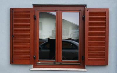 Lesena okna z lesenimi polkni