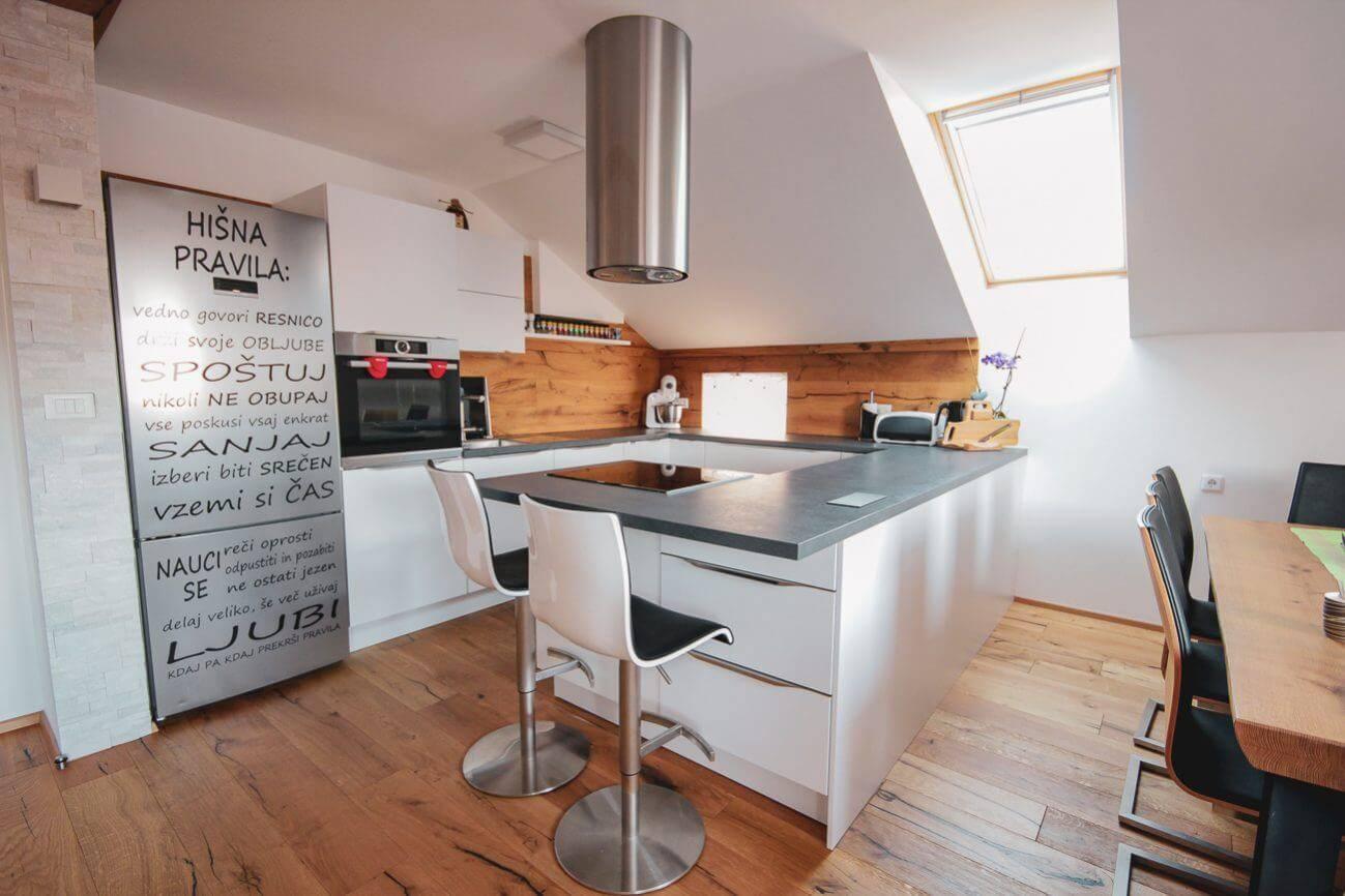 Moderna kuhinja in kuhinjski otok