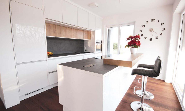 Moderna bela shine kuhinja s črnimi detajli in lesenimi dodatki
