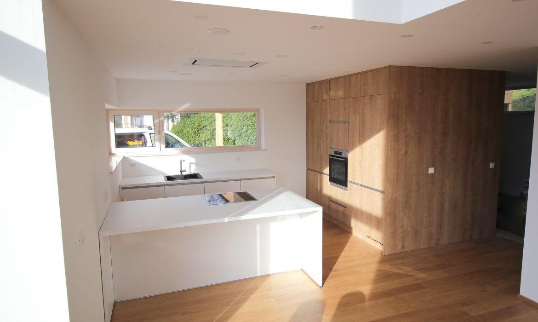 Moderna box kuhinja z veliko praznega prostora