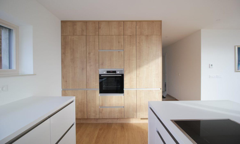 Moderna kubus kuhinja z ravnimi linijami in čistimi površinami