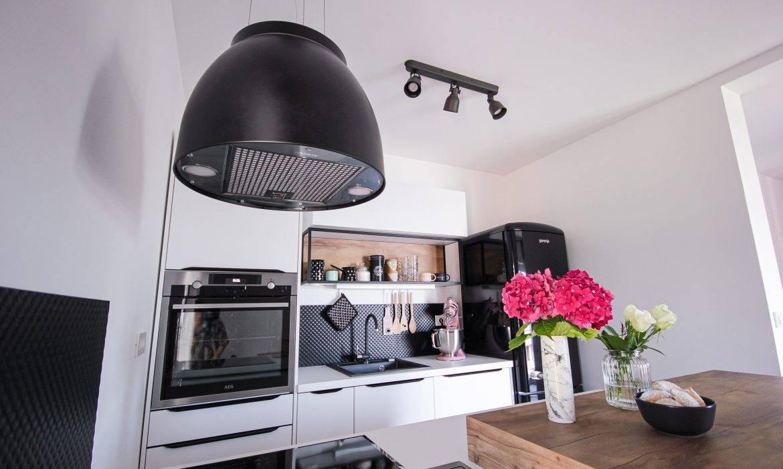 Majhna kuhinja po naročilu v belo, leseno, industrijskem slogu