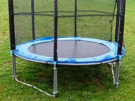 Kakovostni trampolin z močno mrežo in obrobo
