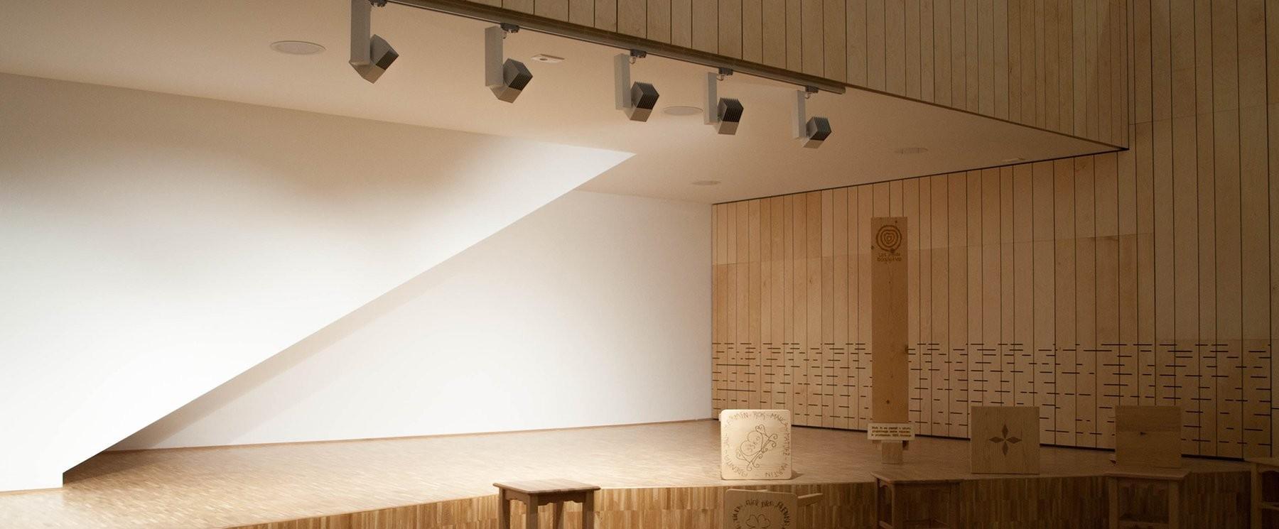 Zelo priljubljena izbira pri notranjih svetilih so danes svetila na senzor