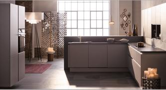 Moderne kuhinje minimalističnega izgleda v prostor pričarajo prav posebno vzdušje z brezročajnimi omarami