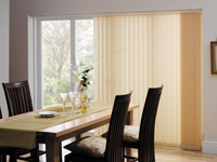 Lamelna zavesa je enostavno in praktično senčilo, primerno za stanovanjske in poslovne prostore.