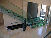 Med steklene pohodne površine spadajo tudi stopnice