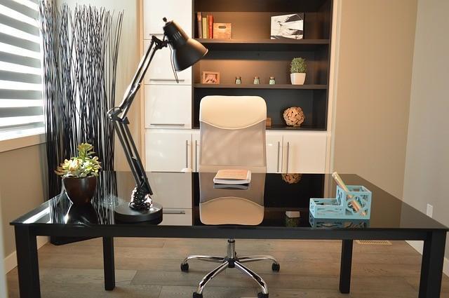 Pisarniška miza in stol