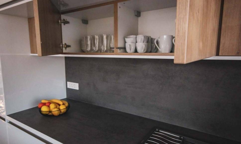 Moderna kuhinja visokega sijaja in temnim pultom