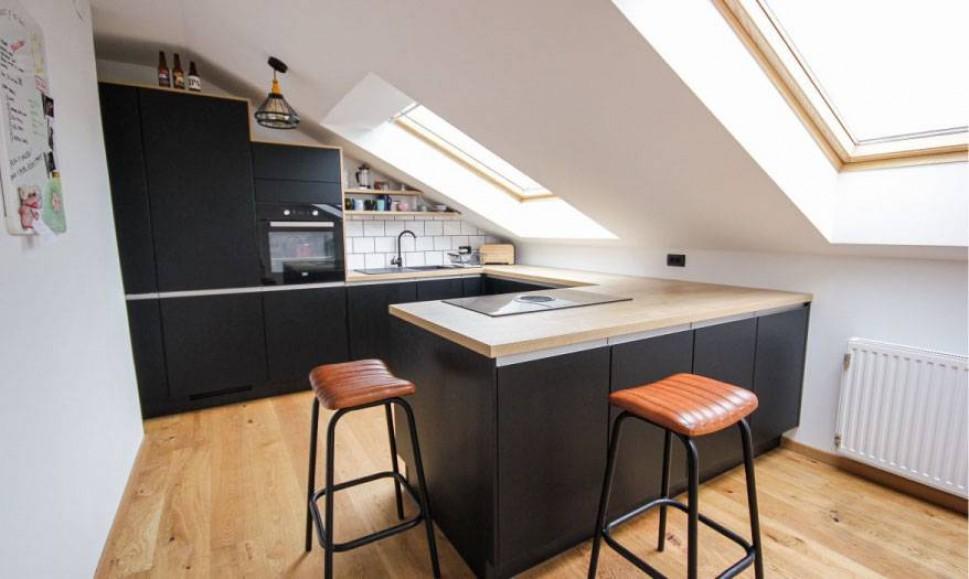 Moderna črna kuhinja v mansardi
