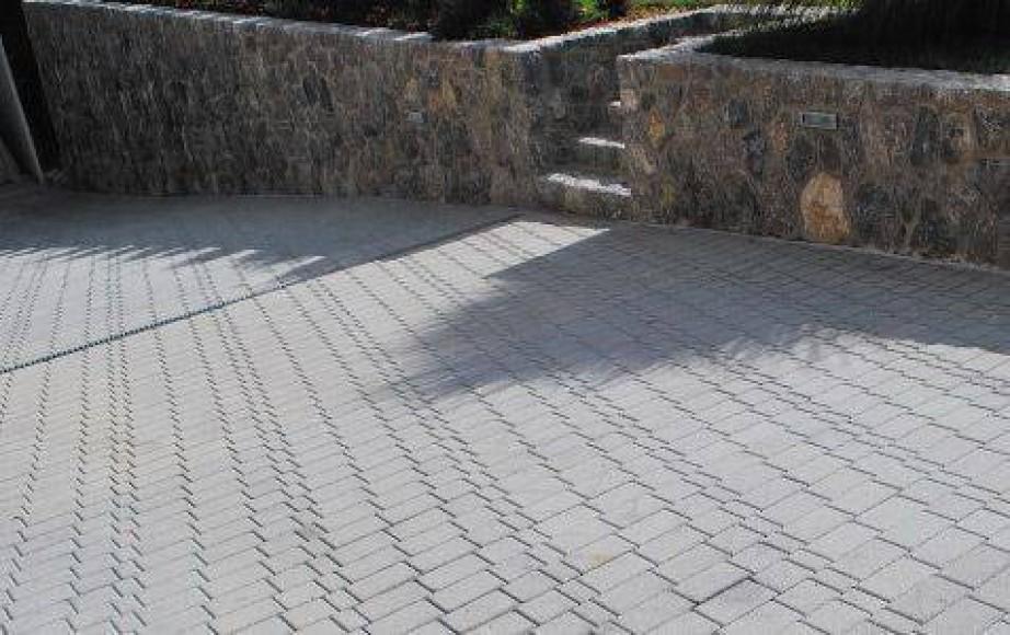 Tlakujte dvorišče s tlakovci Nostalit - sivi